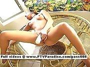 Lisa cute redhead Baby liebäugelt Pussy mit einer großen Schwinger