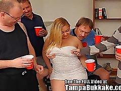 Sweet & Sexy Hollie krijgt een Tampa Bukkake Gang Bang !