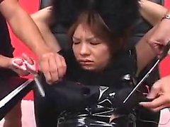 Hilflos Oriental Mädchen in einem schwarzen Outfit besticht durch seine Raserei