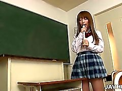 Écolière Sana d'Anju utilise les flûte à branlette espagnole ses mésanges