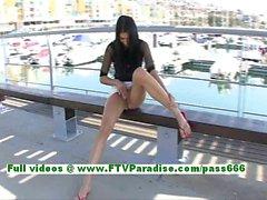 Suri splendida bruna adolescente lampeggiante ed con dito vagina in luogo pubblico