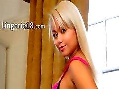 sexig blondin med pinkg trosor