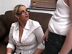Er fickt hot big Titten der Dame in der Uniform