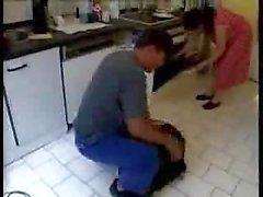 Sposa e marito nella della cucina