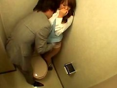 Busty Japon kız ofis tuvaletinde berbat alıyorum