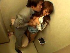 Busty japanilainen tyttö saa ruuvata toimistossa wc