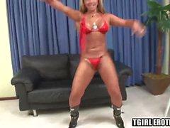 Busty transsexuelle blonde Tania genießt in harten Schwanz auf einem Sofa