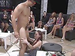 Det manliga strippor Lägg flickorna vild som de suga och Slicka