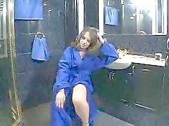 Harige tiener in de badkamer