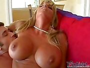 Dirty big - breasted blonde is fucking met geile kerel terwijl haar hubby is weg