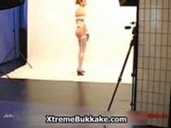 Смазливая блондин Европейского Babe Выставки ее