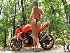 Eve Angel onanerar på motorcykeln