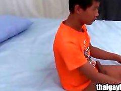 Enfant homosexuel thaïlandais honorable sur la masturbation en solo chauds