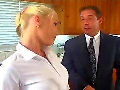 Kinky Mann fickt die Blondine Babysitter