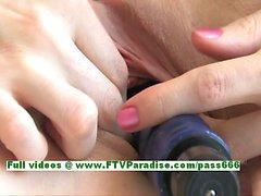 Sophie niedlich Brünette Frau toying Pussy mit einem großen Vibrator