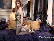 Redhead Gina muestra sus piernas atractivas