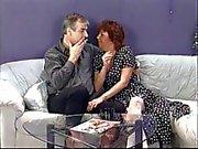 Brunette Casal porcaria galo do homem depois come buceta jovem do pintainho o punk no sofá