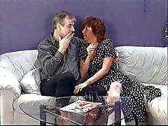 Kypsä brunette perseestä miehen kullia sitten syö nuori ja Punk rock chick pillua sohvalla