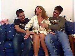 Große Brüste Mamma gefickt mit Two College Boys