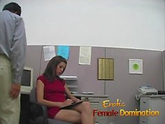 Slut calcia la sborra collaboratore utilizzando esclusivamente suoi piedi sexy