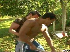Мускулистый гомосексуалистам стержня Как ему задницу оттраханная улице