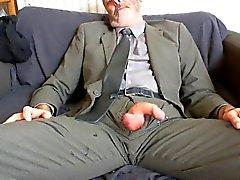 reizvoll bärtig Vater nach Feierabend Anzug und Krawatte Relief an Couch