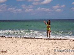 Hot Latina frappe en bikini jaune