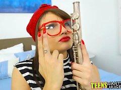 Horny guy enseigne étudiant comment jouer de la flûte avec sa bite