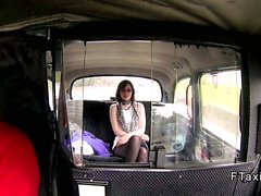 British Teen gros seins frappant en fausse en taxi