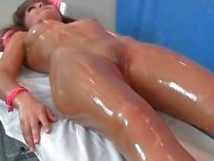 Sexig brunett babe blir sensuell massage part6