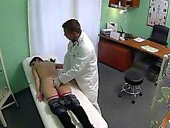 Kleine titten brünett Mutter wird vom Doktor gefickt