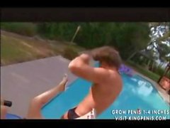 EGL de Paloma es una chica con los senos grandes que obtiene bonked por la piscina
