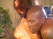 Grandes semental negro queda su polla succiona dos tías blancas en caliente