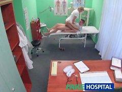 FakeHospital Stud pegou dando enfermeira um creampie
