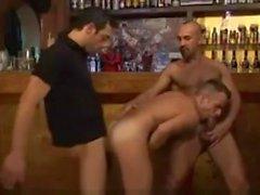 3 Пацаны в городе клубе триггера Трахают Бар парнем в
