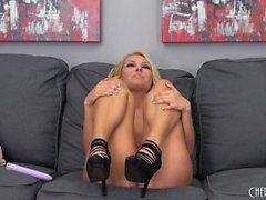 Дикий блондинка высоких каблуках Aaliyah Любовь трахает себя с пурпурной игрушки