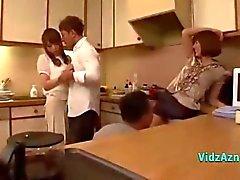 2 Asian Girls suceuse baisée par 2 mecs dans la cuisine Et dans le Bedroo