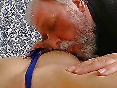 Jóvenes playgirl lleva viejo desagradable wang en su boca