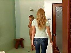 Volwassen vrouw verleidt jong meisje ... F70