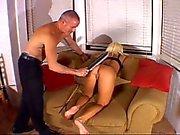 Oudere man spanking meisje met een peddel
