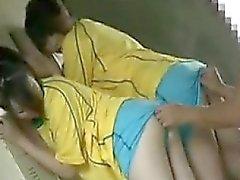 Везунчик две восхитительные девушки, работающие об их рти часов