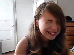 Cute Brünette ist Anhörung Anfragen auf ihre Webcam und lacht