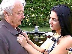 Com tesão , adolescente deixada suja seduza um homem velho e horroroso a foder