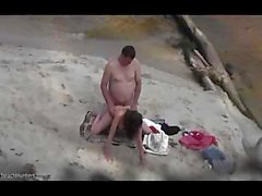 Guardone sporca calcia hot nude cazzo di coppia sulla spiaggia di al mattino presto