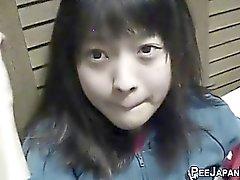 Dell'Asia Orientale a urinare dell'adolescente