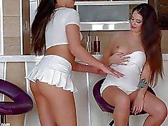 Förmiddag drink i Sapphic Erotica Sensual erotiska lesbisk Porn i Angelinas slätvar och Carla Cruz