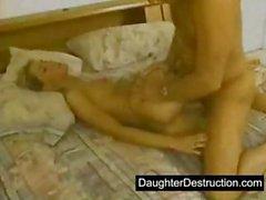 Junger Tochter in ihrem Hals und Möse missbrauchte