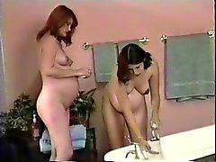 Двое Горячая брюнетка беременных лесбиянки принять душ совместно и промойте синиц