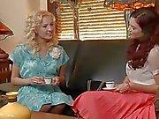 Due spendide ricce che hanno ragazza con ragazza nella camera da letto