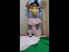 Adultbaby неженка получает окончательный подгузник